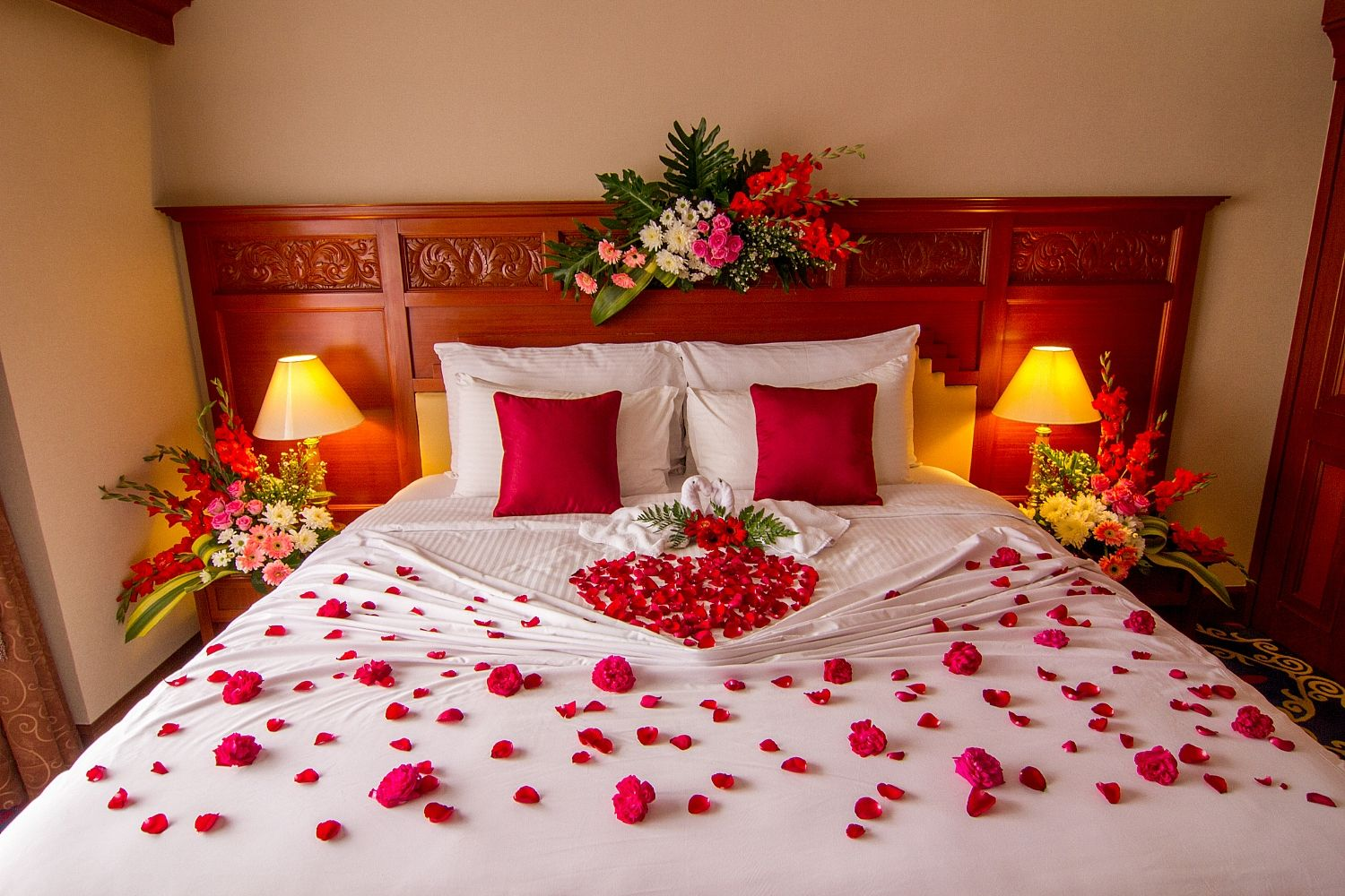 Beautiful bridal room decoration ideas crayon for Bed decoration with rose petals